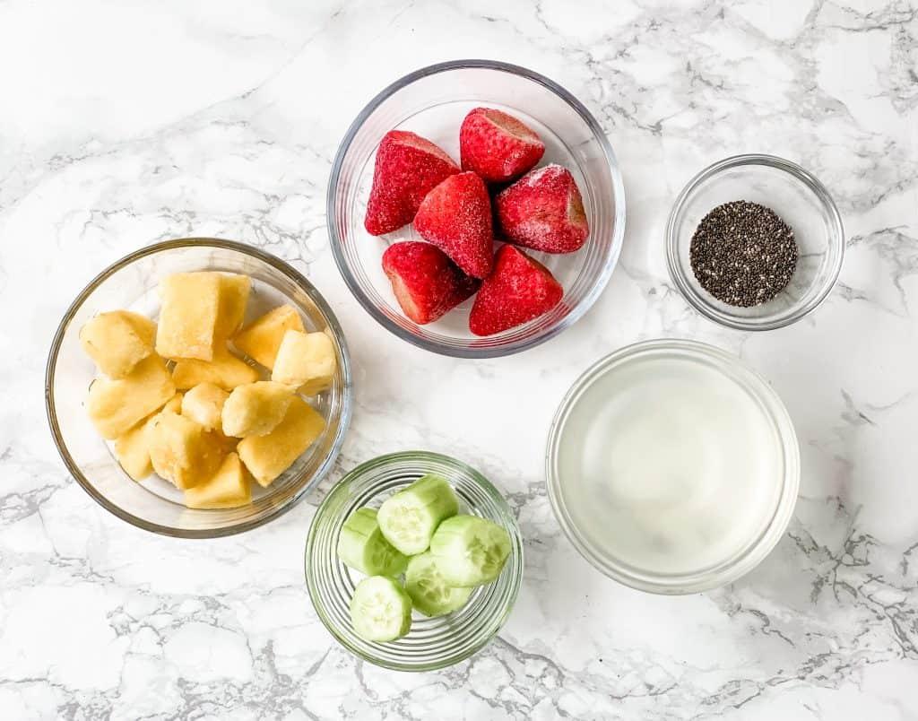 ingredientes para el batido de piña y fresa.