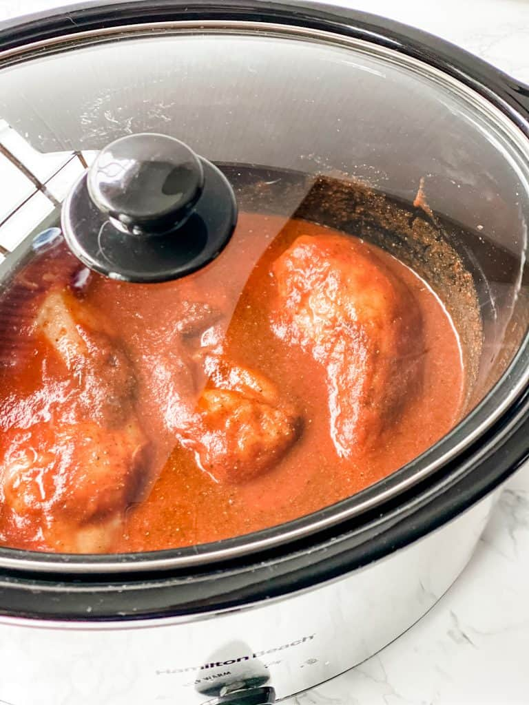cover slow cooker with chicken in it